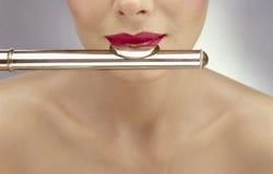 Mulher bonita que joga a flauta Fotografia de Stock