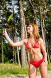 Mulher bonita que joga o badminton Imagens de Stock