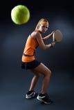 Mulher bonita que joga o padel interno no preto Fotos de Stock Royalty Free