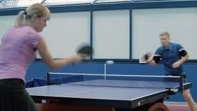 Mulher bonita que joga o tênis de mesa com o homem novo na corte filme