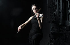 Mulher bonita que joga o violino, arte, emoções Imagem de Stock Royalty Free