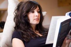 Mulher bonita que lê um livro Imagens de Stock