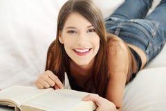 Mulher bonita que lê um livro Fotos de Stock Royalty Free