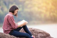 Mulher bonita que lê um livro fotografia de stock royalty free