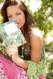 Mulher bonita que lê um livro na floresta, natureza Fotos de Stock Royalty Free