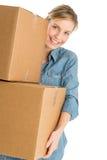 Mulher bonita que leva caixas de cartão empilhadas imagens de stock