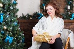 Mulher bonita que levanta com caixa de presente imagens de stock royalty free
