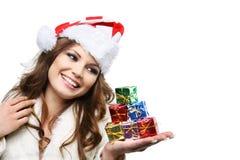 Mulher bonita que levanta como Papai Noel. Isolado. foto de stock royalty free