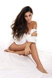 Mulher bonita que levanta em uma cama fotografia de stock royalty free