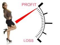 Mulher bonita que levanta perto do medidor da perda do lucro Imagens de Stock Royalty Free