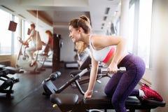 Mulher bonita que levanta peso no gym imagem de stock royalty free