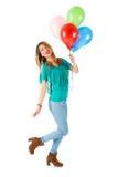 Mulher bonita que mantém balões coloridos isolados no fundo branco Imagem de Stock