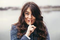Mulher bonita que mantém um segredo fotografia de stock