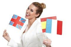 Mulher bonita que mostra bandeiras internacionais Fotos de Stock