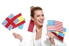 Mulher bonita que mostra bandeiras internacionais Foto de Stock Royalty Free
