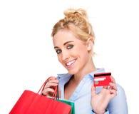 Mulher bonita que mostra o cartão do crédito ou de sociedade Fotografia de Stock
