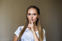 Mulher bonita que mostra o shhhhhhh imagens de stock
