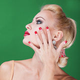 Mulher bonita que mostra pregos Fotografia de Stock Royalty Free