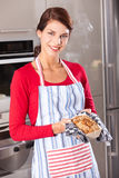 Mulher bonita que mostra seu bolo Foto de Stock