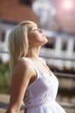 mulher bonita que olha acima Foto de Stock
