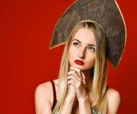 Mulher bonita que olha acima e que sonha Pensamento ocasional da menina fotografia de stock royalty free