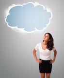 Mulher bonita que olha o espaço abstrato da cópia da nuvem Imagem de Stock Royalty Free