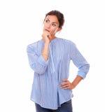 Mulher bonita que olham direita e querer saber Imagem de Stock Royalty Free