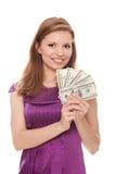 Mulher bonita que prende 500 dólares Fotos de Stock Royalty Free