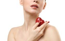 Mulher bonita que prende o coração vermelho. Fotos de Stock Royalty Free