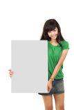 Mulher bonita que prende a placa branca vazia Foto de Stock