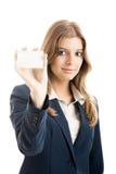 Mulher bonita que prende um cartão imagens de stock royalty free