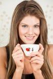 Mulher bonita que prende um copo de Japão de um chá Imagens de Stock Royalty Free