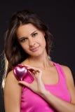Mulher bonita que prende um coração Foto de Stock