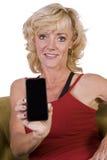 Mulher bonita que prende um telefone de pilha Fotos de Stock