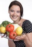 Mulher bonita que prende uma bacia de vegetais fotografia de stock
