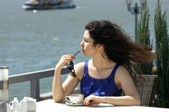 Mulher bonita que prende uma chávena de café Imagens de Stock Royalty Free