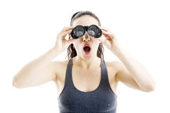 Mulher bonita que procura com binóculos fotos de stock royalty free