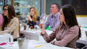 Mulher bonita que prova um vinho branco no degustation vídeos de arquivo