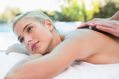 Mulher bonita que recebe a massagem de pedra na exploração agrícola de saúde Imagem de Stock Royalty Free