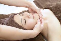 Mulher bonita que recebe a massagem facial fotos de stock