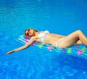 Mulher bonita que relaxa Imagem de Stock