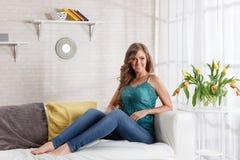 Mulher bonita que relaxa em casa fotos de stock