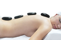 Mulher bonita que relaxa em uns termas com pedras Imagem de Stock