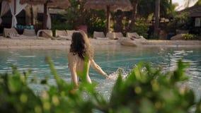 Mulher bonita que relaxa na associação do hotel vídeos de arquivo