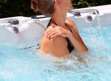 Mulher bonita que relaxa na banheira de hidromassagem Foto de Stock Royalty Free
