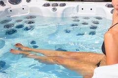 Mulher bonita que relaxa na banheira de hidromassagem Imagens de Stock