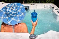Mulher bonita que relaxa na banheira de hidromassagem Fotos de Stock