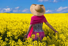 Mulher bonita que relaxa na couve-nabiça amarela Fotos de Stock