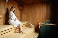Mulher bonita que relaxa na sauna foto de stock