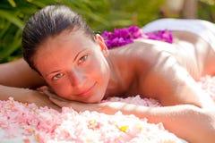 Mulher bonita que relaxa na tabela da massagem Fotografia de Stock Royalty Free